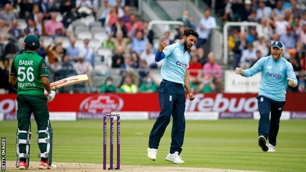 Saqib Mahmood celebrates wicket with his England team-mates