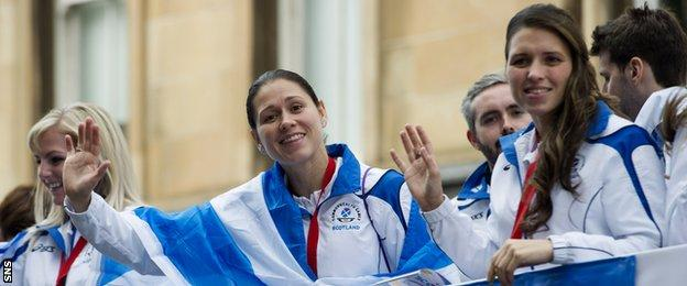 Gold medal winners Louise and Kimberley Renicks take part in the open-top bus celebrations in Glasgow for Team Scotland after the Commonwealth Games