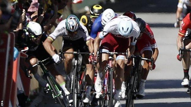 Mark Cavendish being elbowed by Peter Sagan