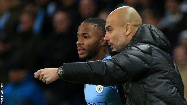 Pep Guardiola, Raheem Sterling'e talimat veriyor