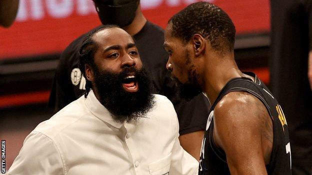 James Harden (solda) Kevin Durant'i tebrik ediyor (sağda)
