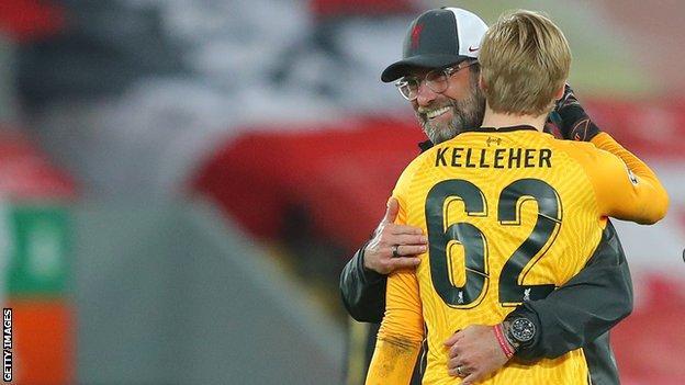 Jurgen Klopp, Caoimhin Kelleher'e sarılıyor