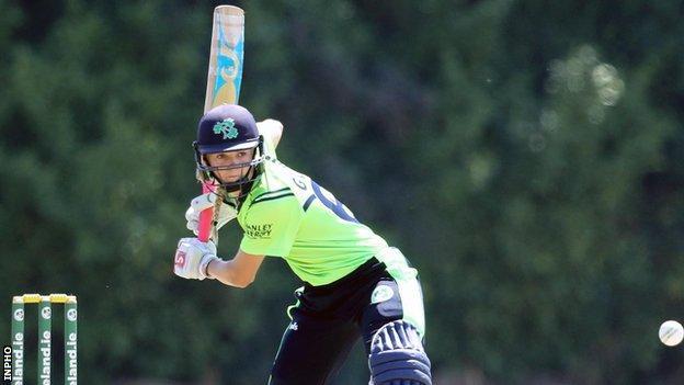 गेबी लुईस ने फॉर्म में चल रहे लिआ पॉल के साथ आयरलैंड के शुरुआती विकेट के लिए 145 रन बनाए