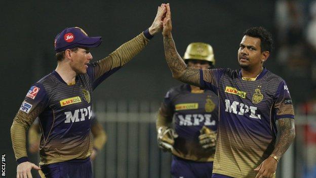रॉयल चैलेंजर्स बैंगलोर के खिलाफ नरेन के विकेट लेने के बाद कोलकाता नाइट राइडर्स के कप्तान इयोन मोर्गन (बाएं) और सुनील नरेन (दाएं) हाई फाइव