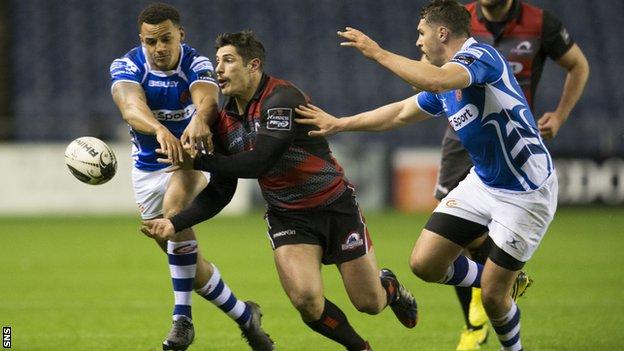 Phil Burleigh offloads for Edinburgh