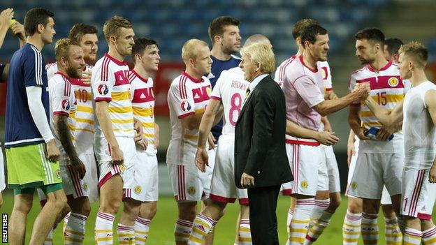 Gordon Strachan greets his players after the end of the failed Euro 2016 qualifying campaign