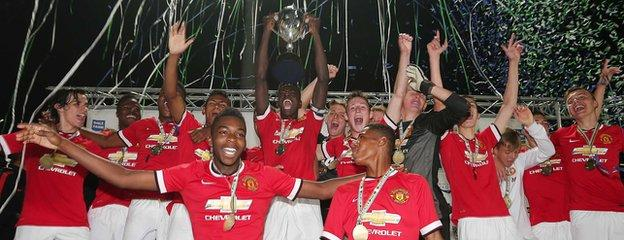 Manchester United celebrate winning the Milk Cup in 2014