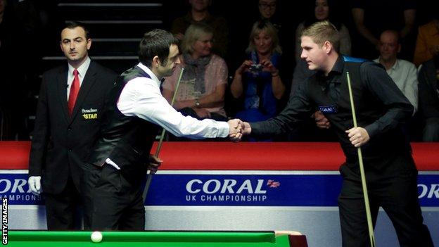 Daniel Wells (R) should have faced world champion Ronnie O'Sullivan in the first round