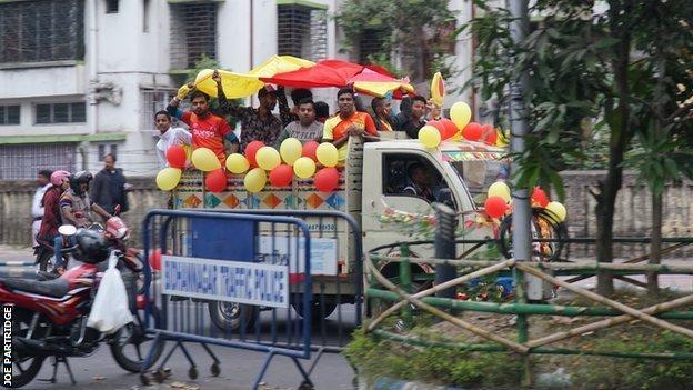Fans make their way to the Kolkata derby