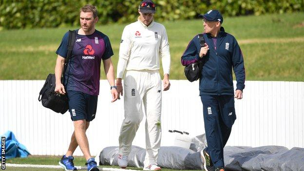 England captain Joe Root left the field after diving to stop a boundary but returned after he was assessed by England's staff