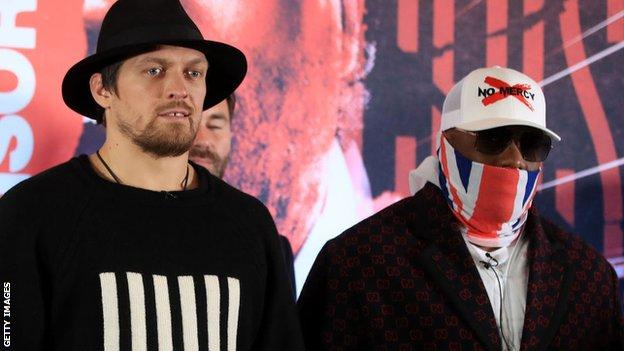 Oleksandr Usyk and Dereck Chisora face each other