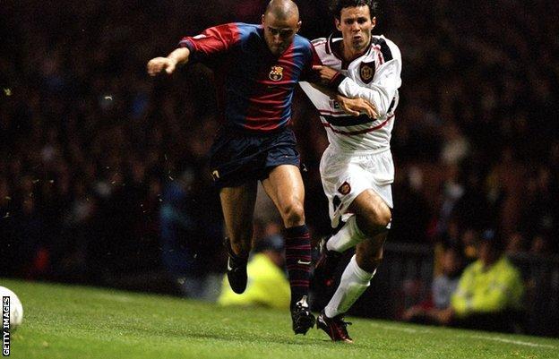 Luis Enrique y Ryan Giggs compiten por la posesión en un partido de 1998 مباراة