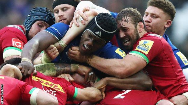 Maro Itoje of Saracens is held by Harlequins' Chris Robshaw in the maul