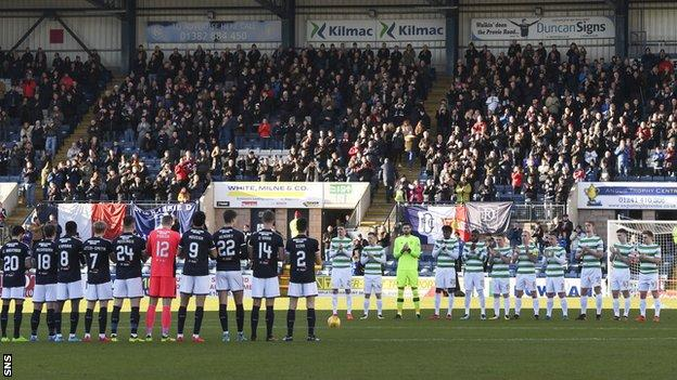 Dundee and Celtic players stand to applaud in tribute to Neil McCann's late father Eddie on 26 December 2017