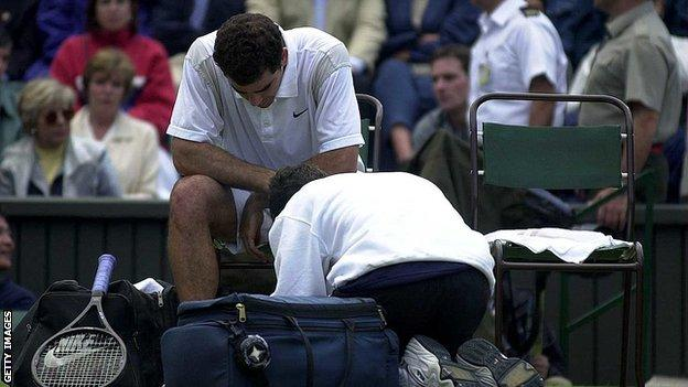 Pete Sampras ได้รับการรักษาที่หน้าแข้งที่ได้รับบาดเจ็บในการแข่งขันรอบสองของวิมเบิลดันในปี 2000