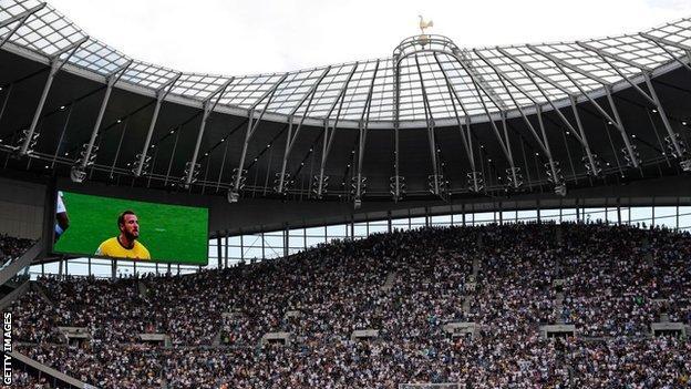 Harry Kane en una pantalla grande sobre los fanáticos de los Spurs en el Tottenham Hotspur Stadium