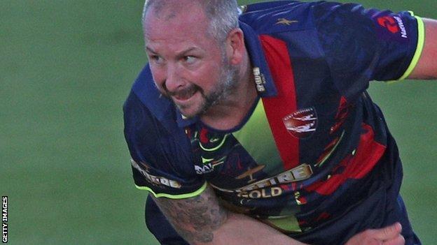 Darren Stevens bowls for Kent