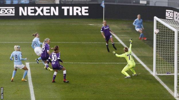 Ellen White scores Manchester City's second goal