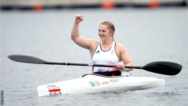 Charlotte Henshaw pompe son poing pour célébrer