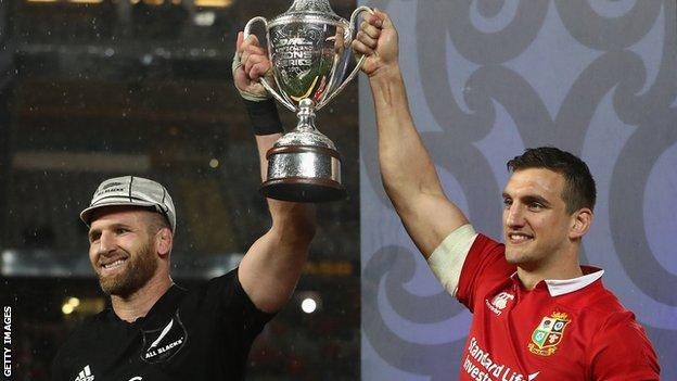 Kieran Reed and Sam Warburton hold up the trophy