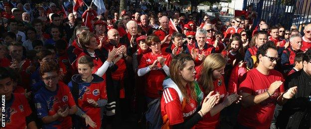 Munster fans took part in a minute's applause as a mark of respect after hearing of the news of the death of Munster head coach Anthony Foley