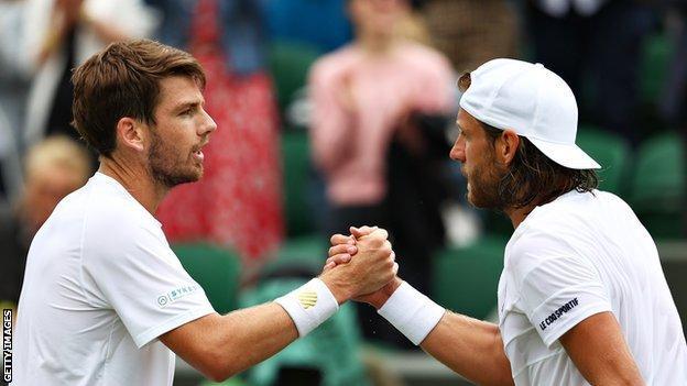Cam Nori et Lucas Bowl se serrent la main après le premier tour de Wimbledon