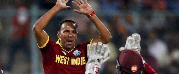 Samuel Badree celebrates a wicket with Denesh Ramdin