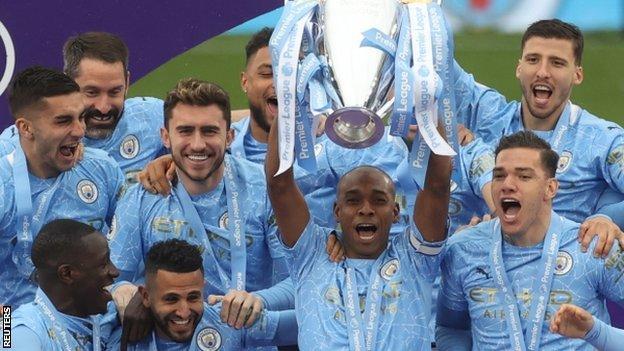Fernandinho lifts the Premier League trophy in 2021