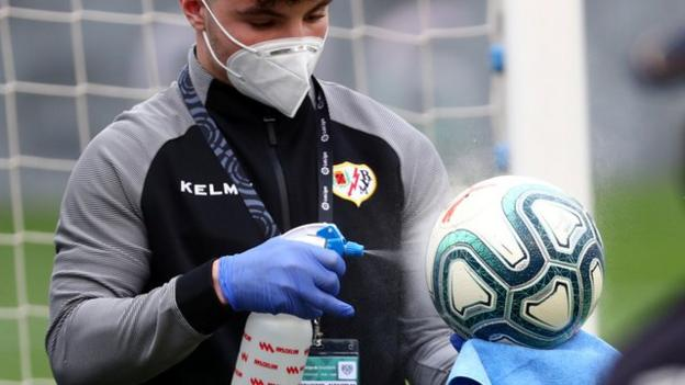 The match balls were cleaned before the match between Rayo Vallecano and Albacete