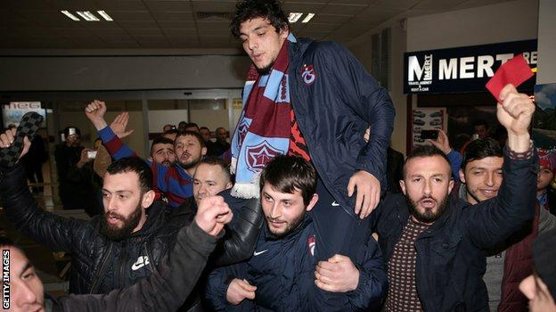 Dursun is welcomed back to Trabzon by fans