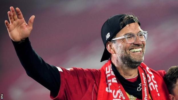 Liverpool manager Jurgen Klopp celebrates on the pitch with his players