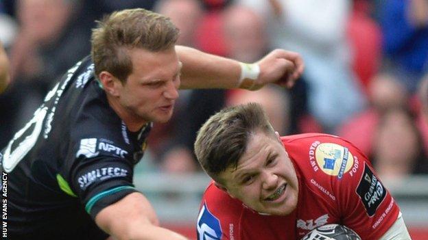 Dan Biggar cannot stop Steff Evans scoring