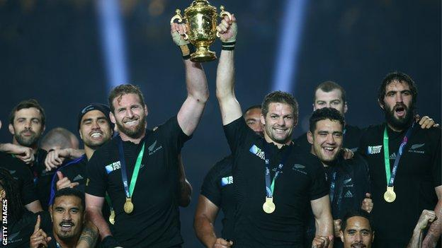 Current New Zealand captain Kieran Read (L) and 2015 World Cup-winning skipper Richie McCaw (R) hold the Webb Ellis trophy