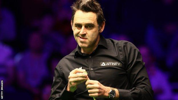 Ronnie O'Sullivan had issues with his cue tip in Milton Keynes