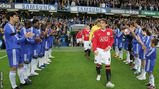 Chelsea give Manchester United guard of honour