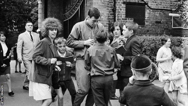 Gordon Banks signing autographs in Hendon in July 1966