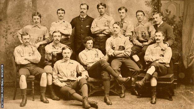L'image de 1881 est l'équipe d'Écosse qui a battu l'Angleterre 6-1 à l'Oval à Londres.  Watson a fait ses débuts et a été sélectionné comme capitaine.
