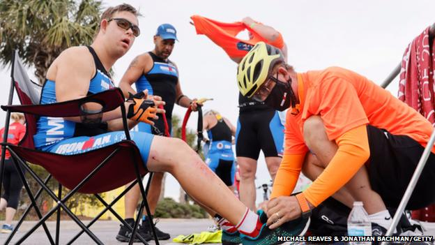 Chris Nikic fez história ao se tornar a primeira pessoa com síndrome de Down a terminar uma prova Ironman