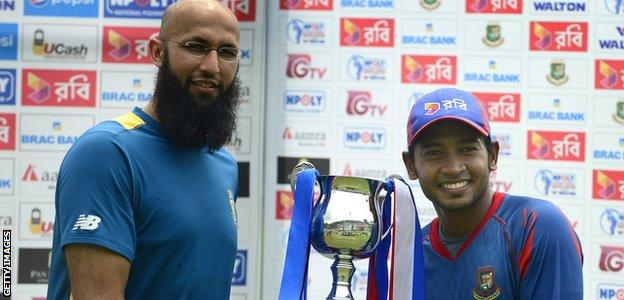 South Africa captain Hashim Amla and Bangladesh skipper Mushfiqur Rahim with the Test series trophy