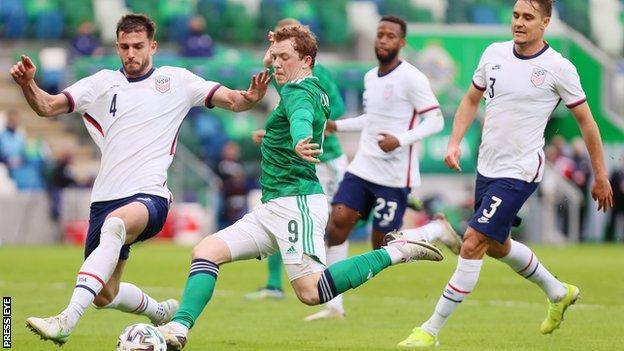 L'attaccante del Linfield Shane Lavery ha debuttato nella prima squadra dell'Irlanda del Nord