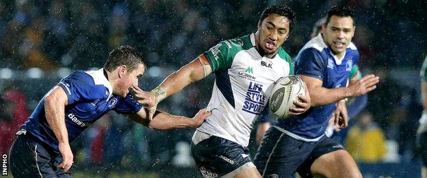 Bundee Aki attempts to burst away from Eoin Reddan at the RDS