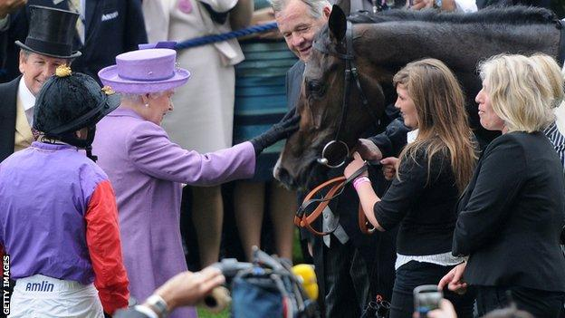 Her Majesty the Queen with the 2013 Gold Cup winner Estimate