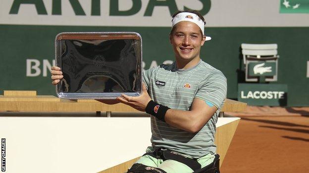 Alfie Hewett with the trophy in 2020