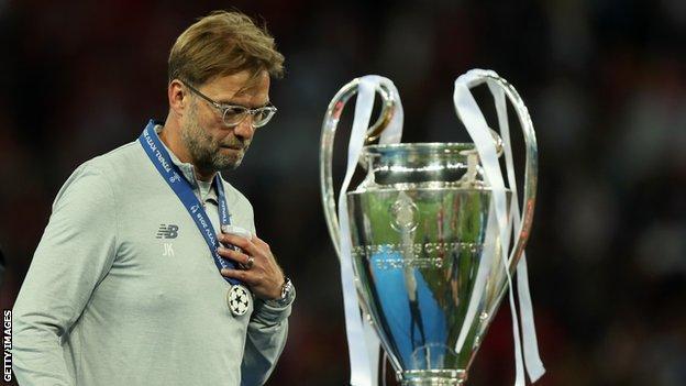Юрген Клопп проходит мимо трофея Лиги чемпионов после финала в 2018 году