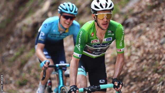 Il britannico Simon Yates ha attaccato mentre indossava una maglia verde da leader in un tour delle Alpi del 2021