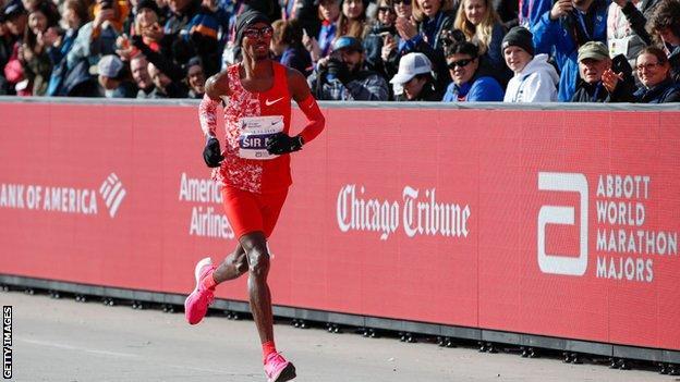 Moa Farah runs in the Chicago marathon