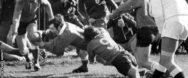 Phil Bennett scores a try for Wales in the 1978 Grand Slam showdown with France in Cardiff