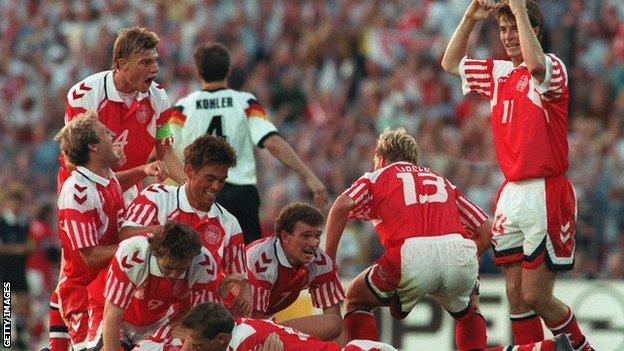 I giocatori della Danimarca festeggiano la vittoria di Euro 1992