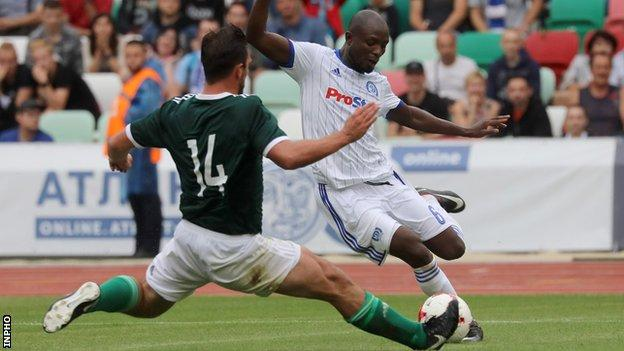 Derry's Gavin Peers tackles Seidu Yahaya of Dinamo Minsk