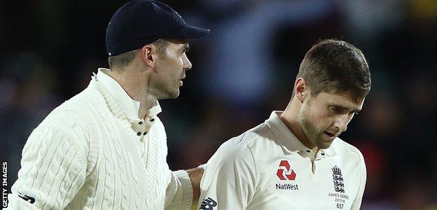 Chris Woakes talks to James Anderson